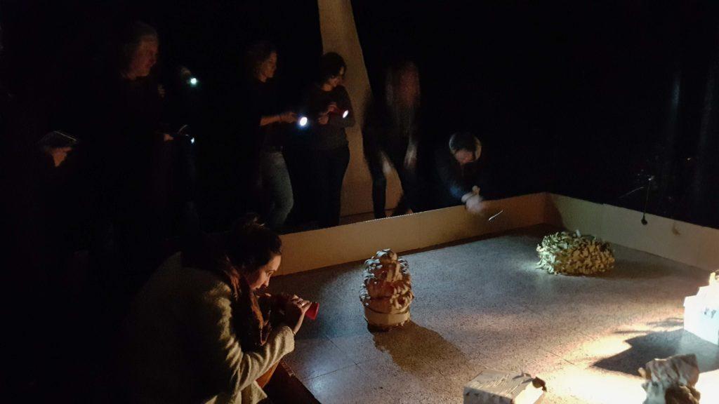 """Zuschauer spielen mit den Roboter aus der Installation """"Ein Platz an der Sonne"""" beim Medienkunstfestival lab30 in Augsburg."""
