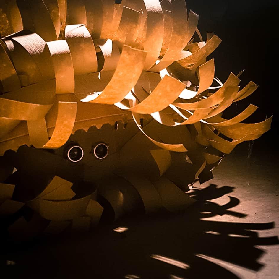 """Ein kleiner Roboter aus Pappe aus der Installation """"Ein Platz an der Sonne"""""""
