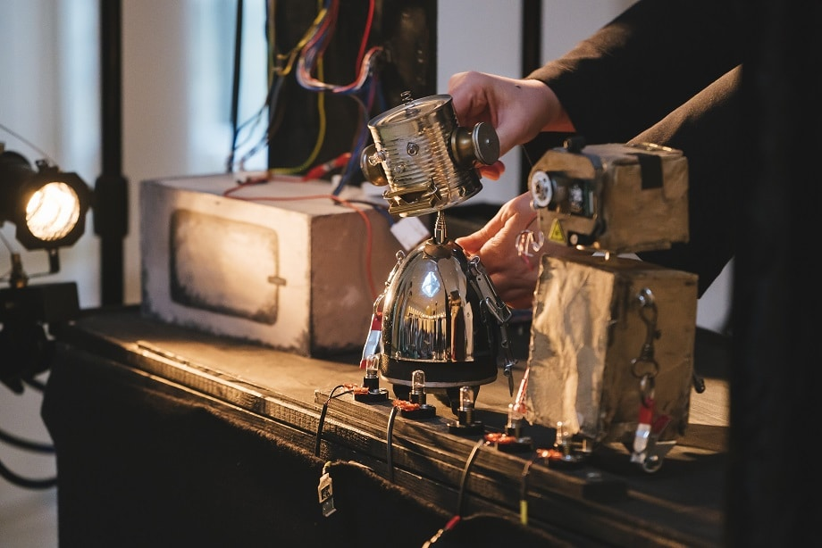 """Puppentheater: Das Foto zeigt eine Szene aus der Inszenierung """"Strom - Eine Robotergeschichte"""""""